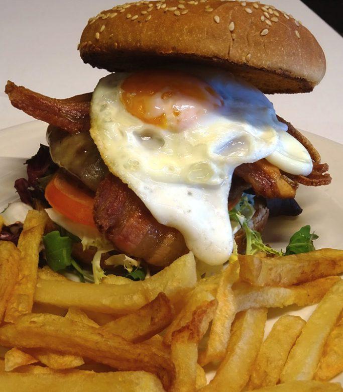 hamburguesa completa con patatas